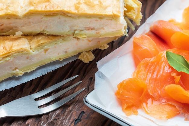 Zalmpastei en verse kaas (bladerdeeg). met natuurlijke ingrediënten. huis en rustieke uitstraling.