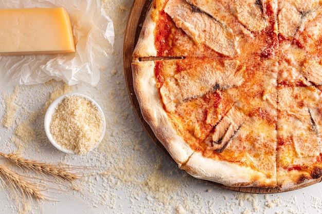 Zalmpizza op de houten plaat