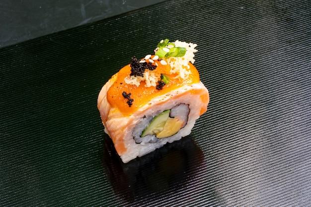 Zalmrol sushi
