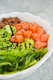Zalmsalade, avocado, bruine rijst, zeewier.