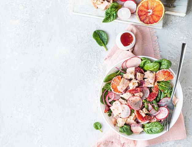 Zalmsalade met oranje spinazie en radijs met ingrediënt voor het maken van salade gezonde voeding