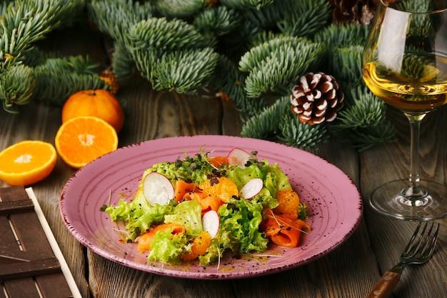 Zalmsalade met sinaasappel, guacamole en glas wijn