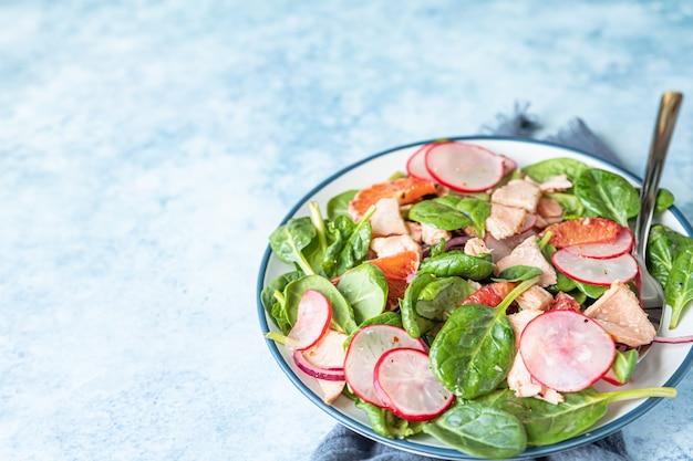 Zalmsalade, spinazie, radijs en rode siciliaanse oranje keto- of paleolunch