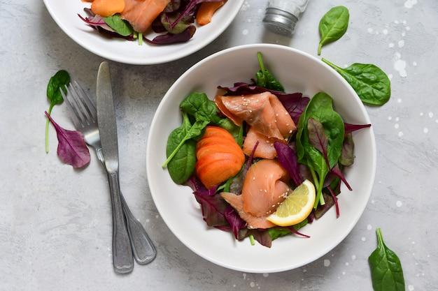 Zalmsalade spinazie, rucola, sesam en citroen. gerecht voor een gezonde lunch of diner. bovenaanzicht