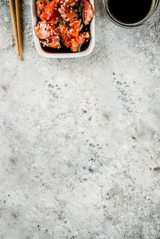 Zalmsashimi in marinade (tamari, sesamolie, citroensap en honing)