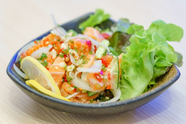 Zalmsashimi in pittige hete saus in japans restaurant.