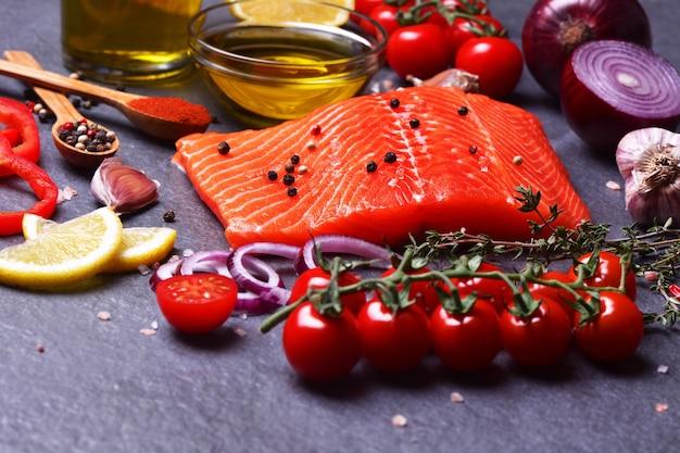 Zalmsteak met natuurlijke kruiden en groenten
