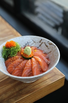 Zalmsushi doneren op houten tafel, japans eten