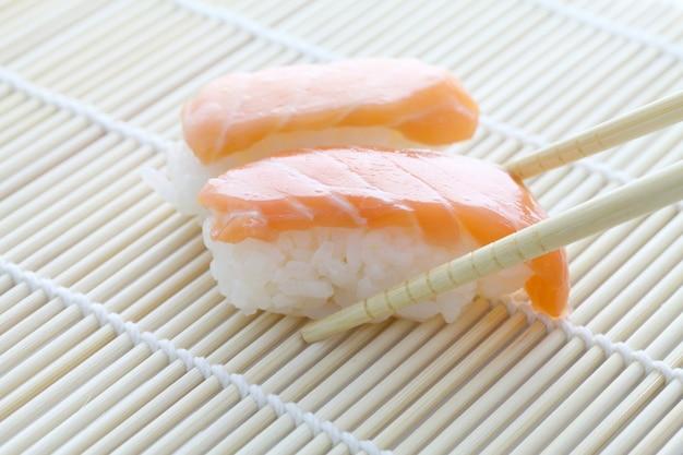 Zalmsushi met eetstokjes