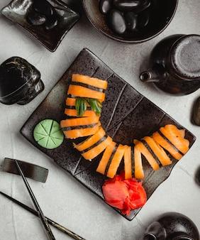 Zalmsushi met gember en wasabi