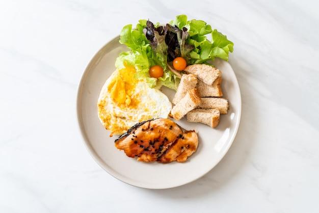 Zalmteriyaki steak met gebakken ei en salade