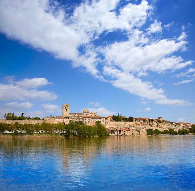 Zamora-horizon door duero-rivier van spanje