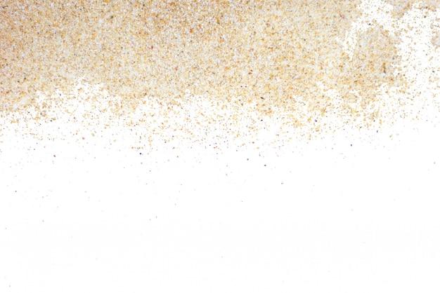 Zand door geïsoleerd studioschot. met uitknippad op witte achtergrond