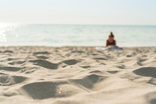 Zand en zee op een mooie zomerdag