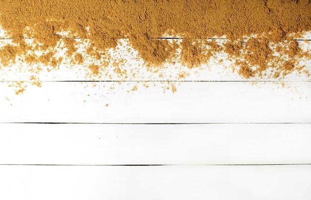 Zand op een witte houten oppervlak. hout textuur. het concept van ontspannen op zee. het zomerse strandseizoen is open! bovenaanzicht