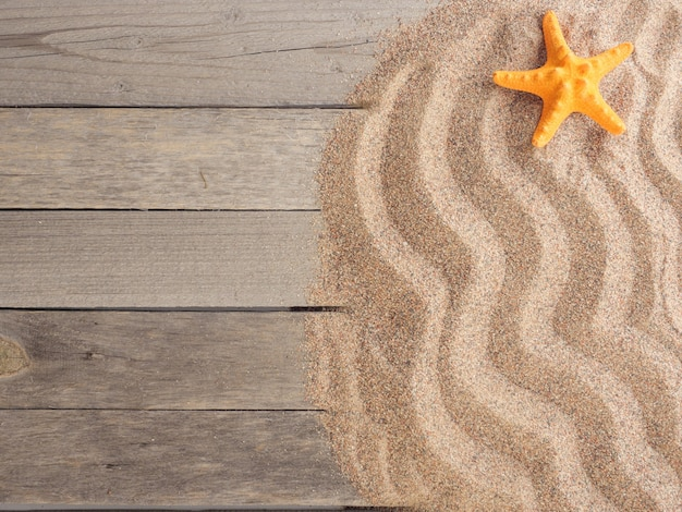 Zand op houten planken met schelpen zomervakantie zomer achtergrond