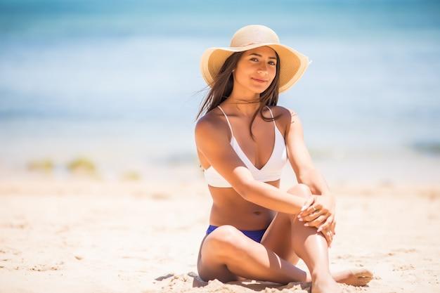 Zand terwijl de tijd door je vingers glipt. meisje dat een achtergrond van de zandzee houdt. concept van vakantie in warmere streken, de reis naar de zee