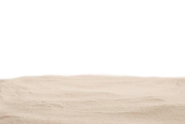 Zand textuur close-up. zand dat op wit wordt geïsoleerd.