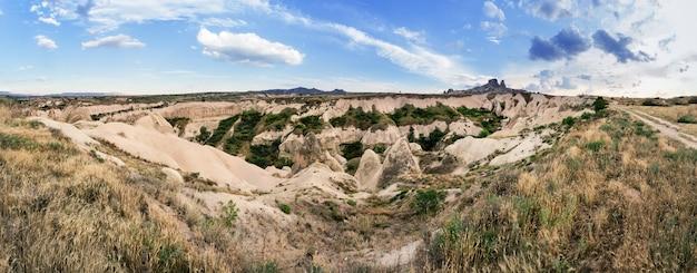 Zand vulkanische kliffen van cappadocië in de zomer