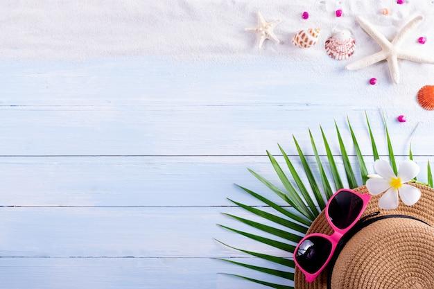 Zand, zeester en schelpen op een houten bord. zomer of reizen concept.