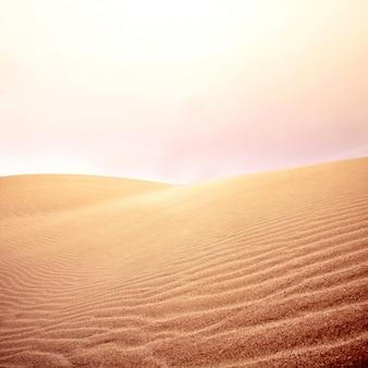 Zandduinen en lucht op de woestijn.