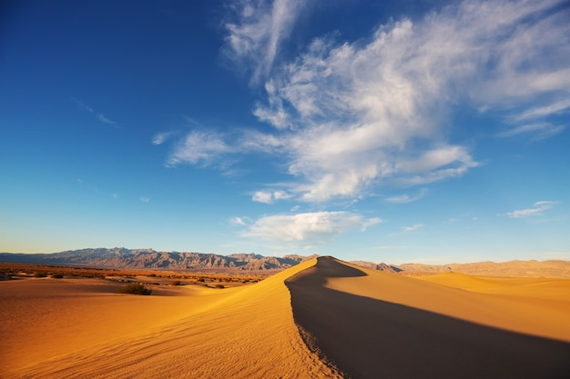 Zandduinen in death valley national park, californië, vs. levend koraal afgezwakt.