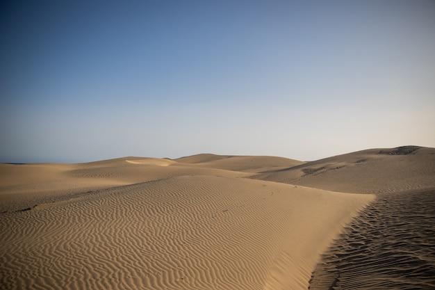 Zandduinen van maspalomas tijdens een heldere mooie dag, geweldig landschap, in gran canaria, canarische eilanden, spanje