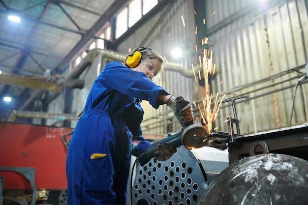 Zanderige vrouw snijden metaal
