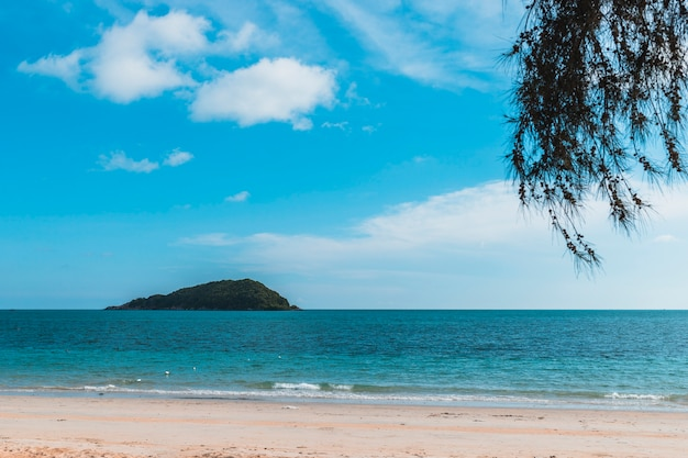 Zandige overzeese kust op blauwe hemelachtergrond