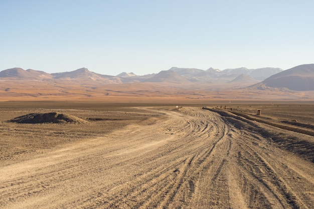 Zandige woestijn strekt zich uit over de boliviaanse andes