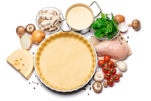Zandkoekdeeg voor het bakken van quichetaart en ingrediënten in bakvorm