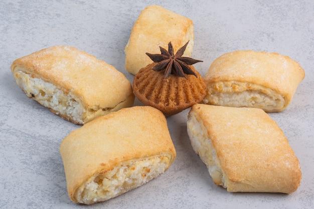 Zandkoekjes, muffin en anijs, op het marmer.