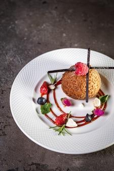 Zandkoekkoekjes met bessen op een bord