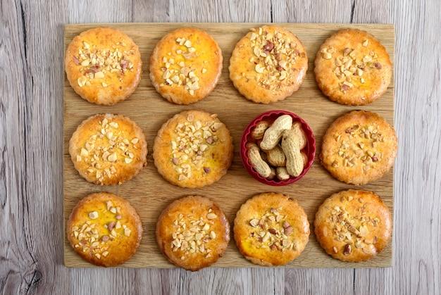 Zandkoekkoekjes met gehakte noten, melk en honing.