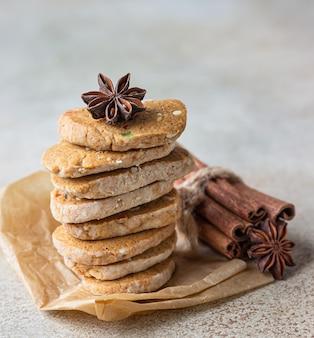 Zandkoekkoekjes met gekonfijte vruchten op lichte concrete achtergrond. tutti frutti-koekjes.
