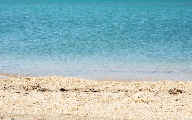 Zandkust van een blauwe zee of oceaan