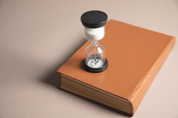 Zandloper en boek op tafel