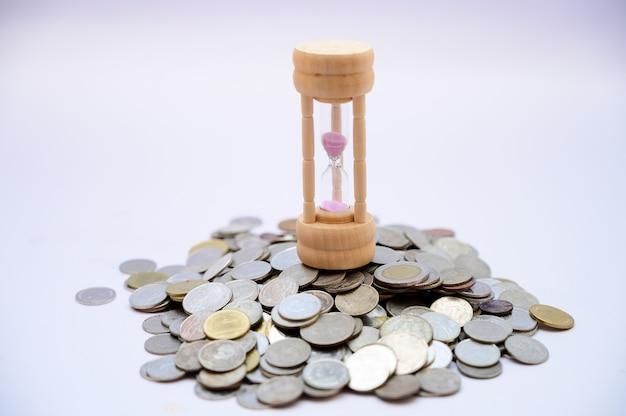 Zandloper en munt tijd concept en geldbesparing