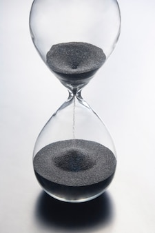 Zandloper op een licht. tijd is geld. zakelijke oplossingen op tijd.