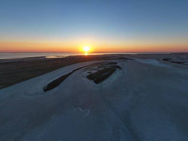 Zandmoeras bij een prachtig meer en bovenaanzicht