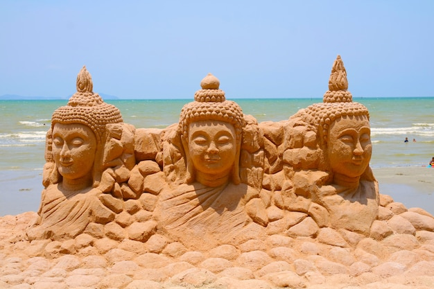 Zandpagode drie heer boeddha werd zorgvuldig gebouwd en prachtig versierd songkran-festival