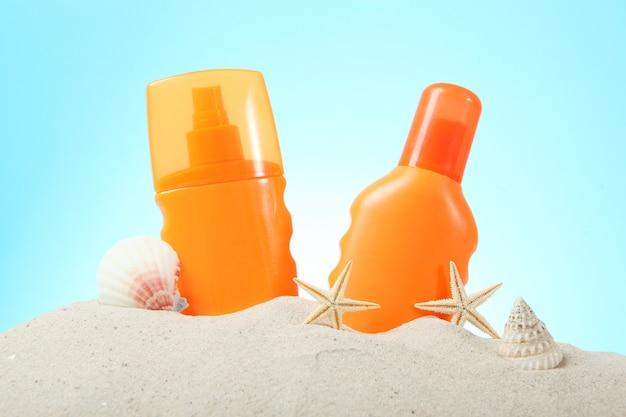 Zandschelpen zeesterren en zonbeschermingsmiddelen