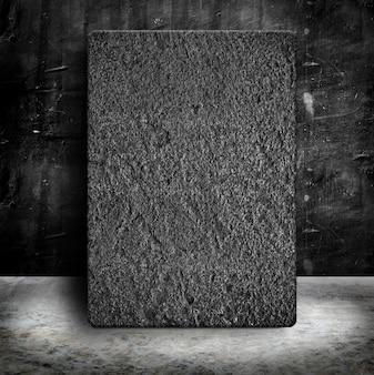 Zandsteenaffichek in lege grunge concrete muur en cementvloer