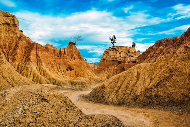 Zandstenen rotsen onder de blauwe hemel bij de tatacoa-woestijn, colombia