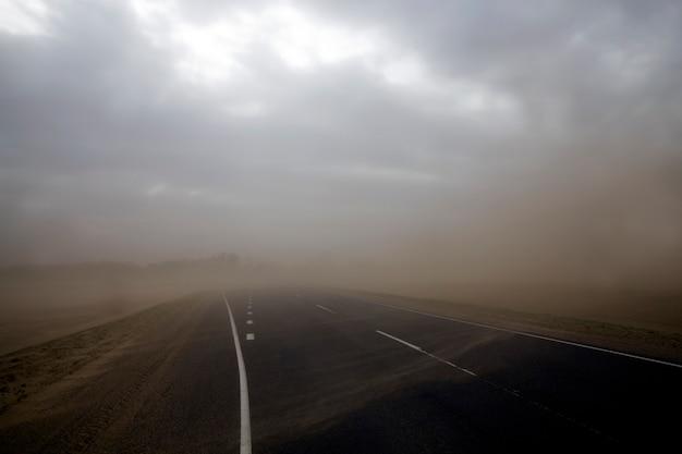 Zandstorm en weg