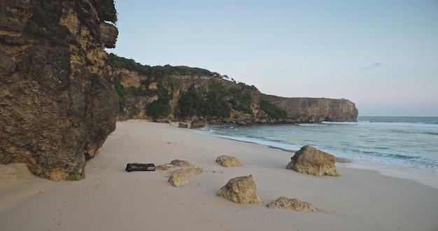 Zandstrand bij rock oceaan kust golven luchtfoto