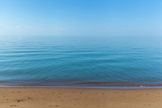 Zandstrand en blauw water van balkhash-meer in kazachstan