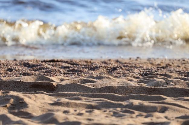 Zandstrand met golven in de zomer. rust aan zee. hoge kwaliteit foto
