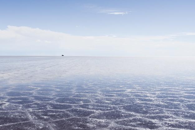 Zandtextuur zichtbaar onder de kristalheldere zee en de lucht
