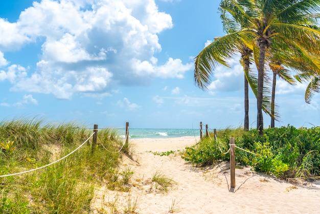 Zandweg die naar de oceaan in het strand van miami, florida gaan